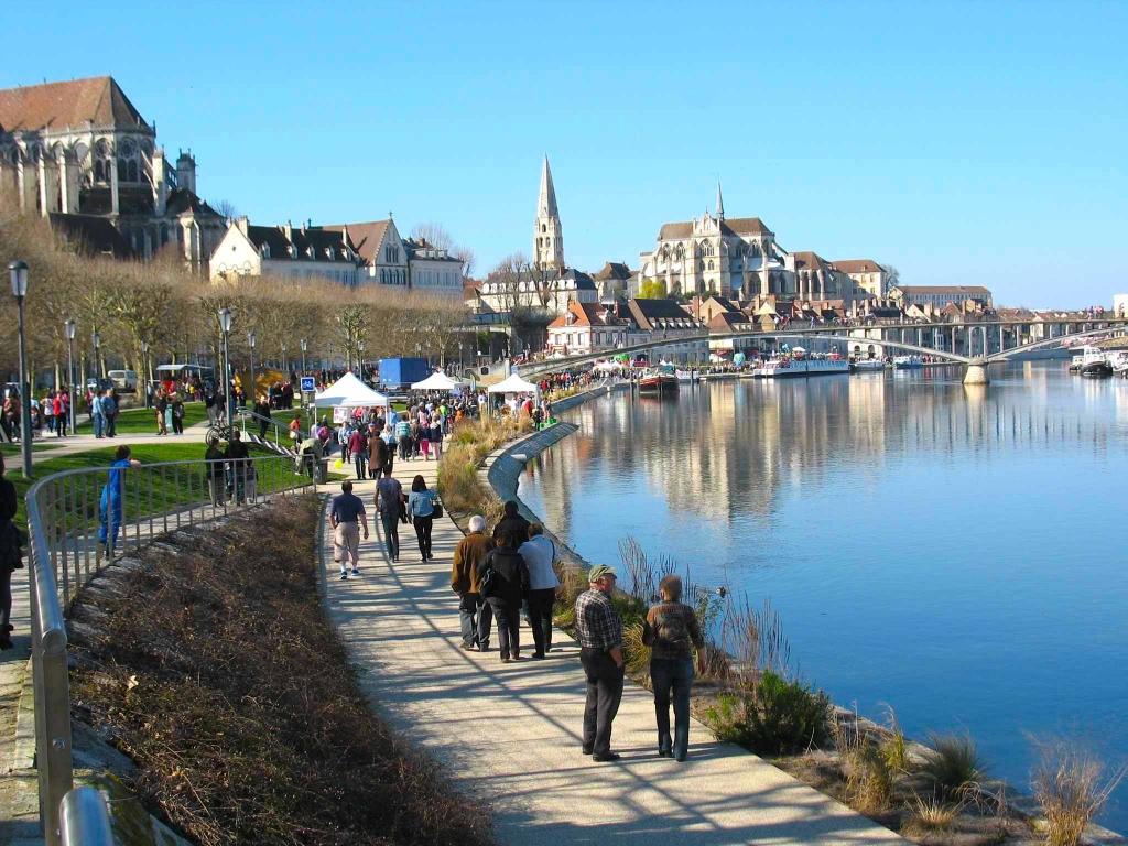 Revue fluvial am nagements les nouveaux quais de l 39 yonne for Piscine auxerre