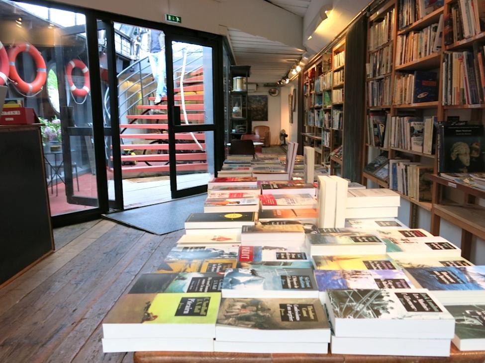 Les rayonnages de la Péniche-Librairie (Photo J.Rosa)