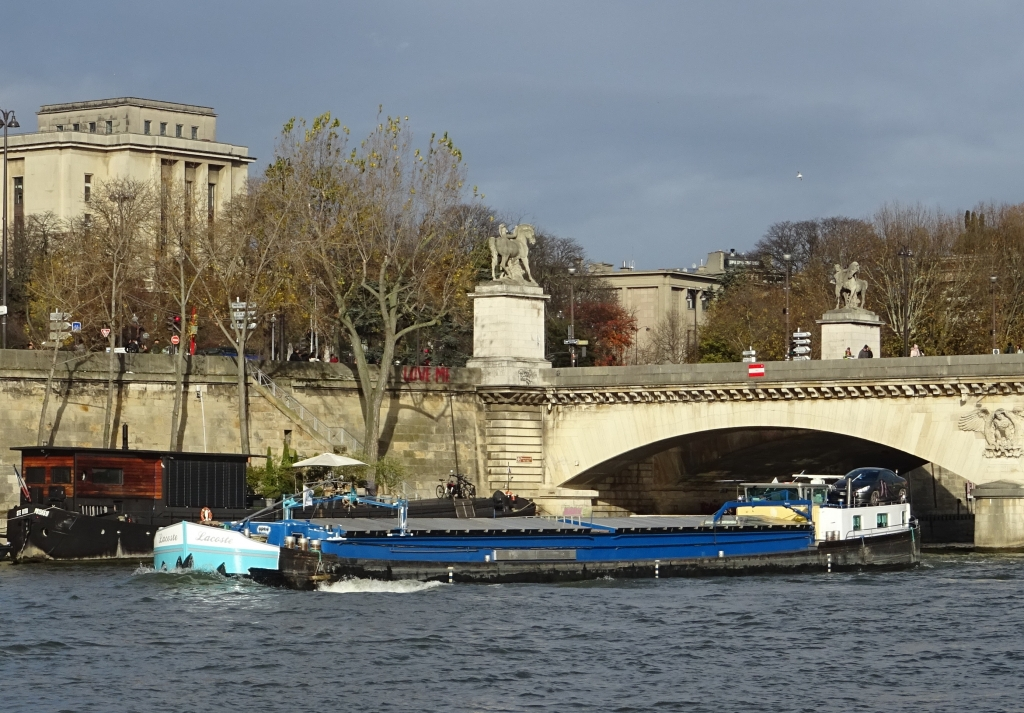 Un bateau de commerce à Paris en novembre 2017 (Photo V. Brancotte)