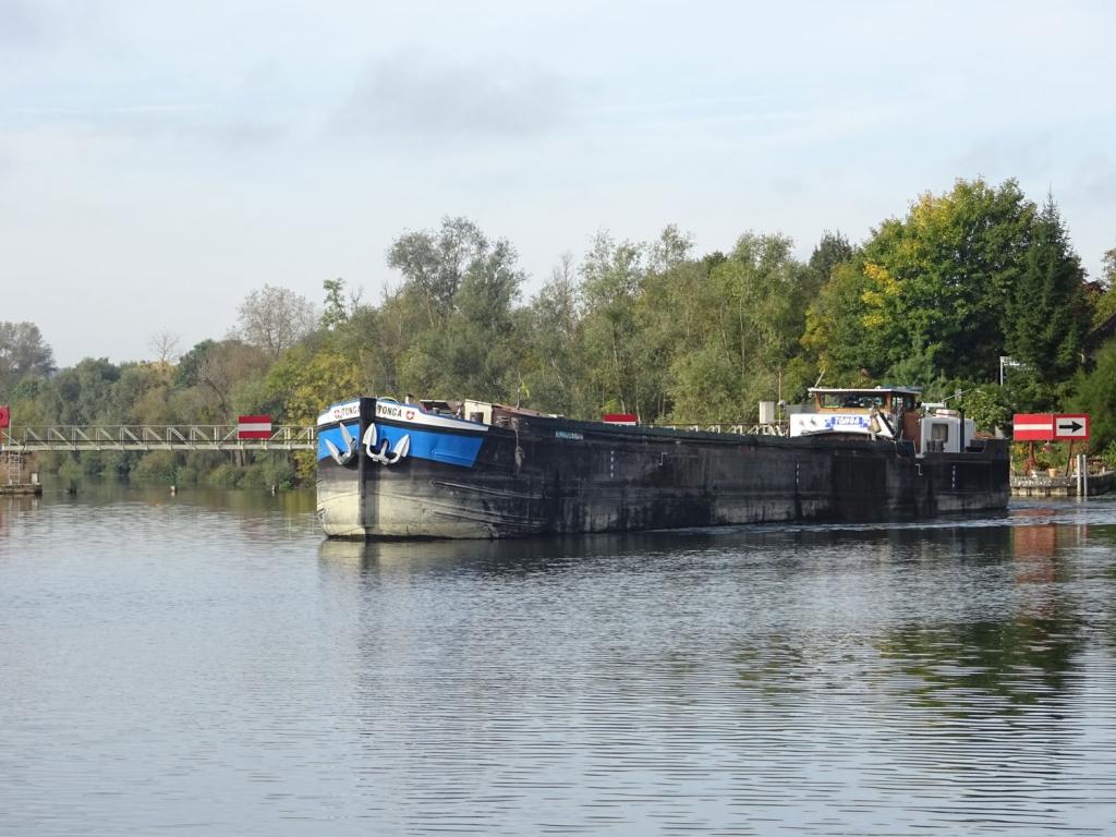10eb73c7677 Un bateau de commerce sur l Yonne (Photo V. Brancotte)