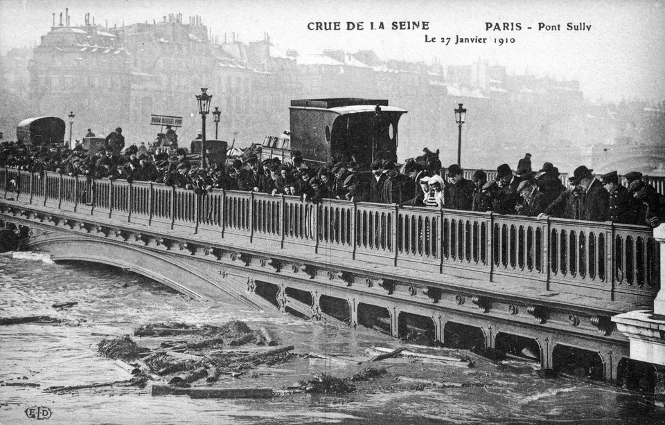 Le pont de Sully lors de la crue de la Seine et des inondations de 1910 à Paris. (Photo COLLECTION YLI/SIPA)