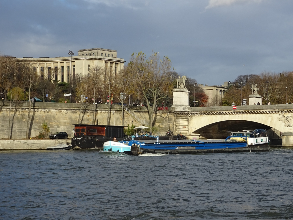 Bateau de commerce près du palais de Chaillot, Paris (photo Virginie Brancotte)