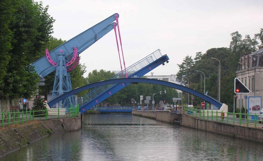 Revue fluvial avis la batellerie attente aux ponts levis for Piscine de montceau les mines